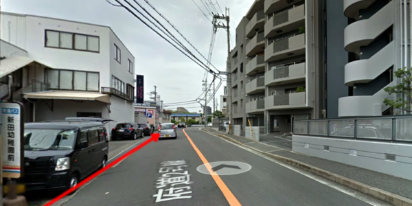 バスを降りたら進行方向に進み、車屋の角を左へ曲がって下さい。
