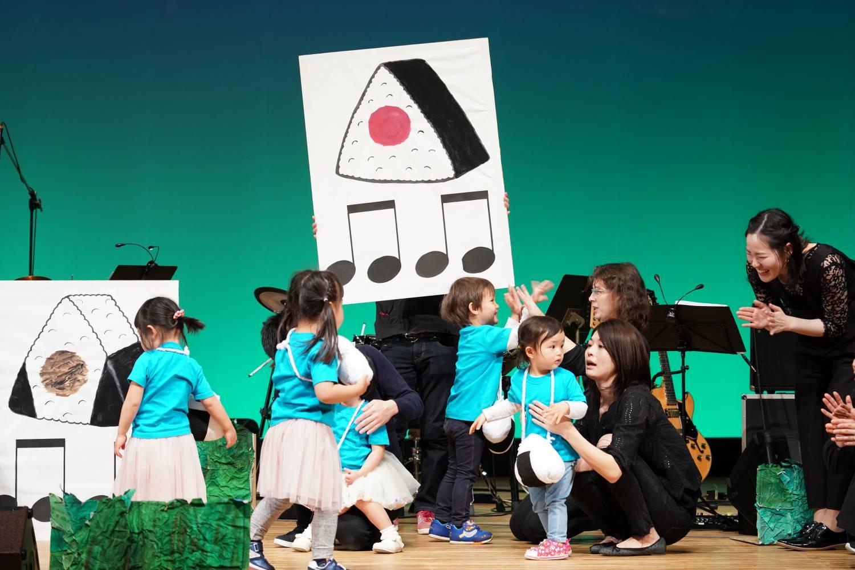 リトミック発表会1,2歳児クラスおにぎりでリズム遊び